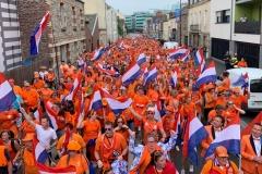 Holandes vestindo laranja